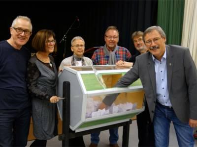 Bezirksbürgermeister Grunenberg zieht das Gewinnerlos.