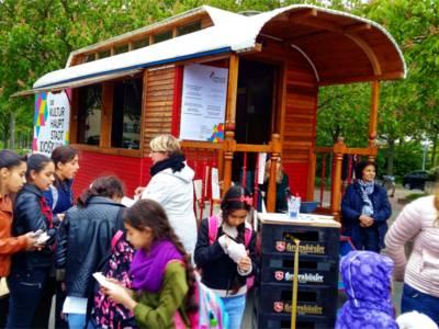 Mit Fragen an die Besucher präsentierte sich der Kulturhauptstadt-Kiosk auf dem Sahlkampmarkt.