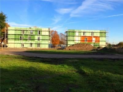Modulanlage in Sahlkamp. Um die Modulanlage sind Baugerüste zu sehen. Der Aufbau ist vor der Fertigstellung.
