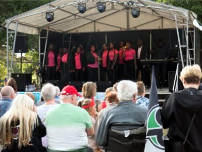 Ein Der Gospelchor aus Vahrenheide brachte auch ohne große Band die Besucher auf dem Fest in Stimmung so dass bei dem einen oder anderen Lied mitgesungen werden konnte.