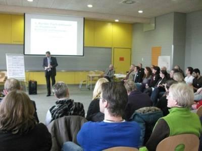 Zahlreiche Teilnehmer beim Treffen Runden Tisch Inklusion in der Herschelschule.