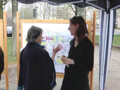 Zwei Frauen im Gespräch beim Stadtteilspaziergang