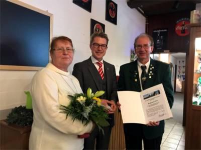 Petra Pfahl-Scholz, Bezirksbürgermeister Henning Hofmann und Wolf-Dieter Kaune.