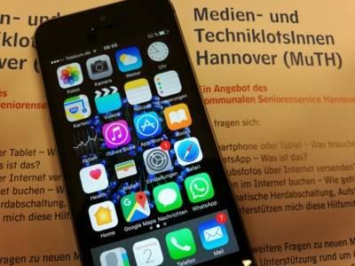 Ein Smartphone auf dem Flyer der Medien- und Techniklotsen