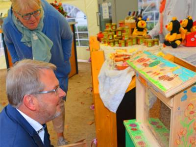 Fasziniert vom Bienenvolk zeigt sich auch Hannovers 1. Bürgermeister Thomas Hermann.