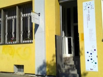 Auf dem Bild ist ein gelbes Gebäude zu sehen.