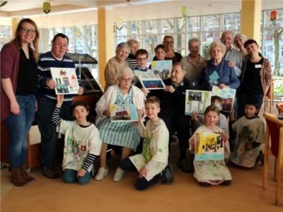 """Gruppenfoto (Kinder, Senioren und Projektbegleitende) aus der Lernwerkstatt """"Socken im Kühlschrank""""."""