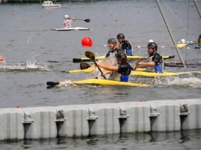 Auf dem Bild ist ein Kanu-Wettkampf zu sehen.