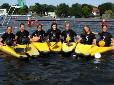Gruppenfoto der Lister Damen in ihren Kanus auf einem Gewässer.
