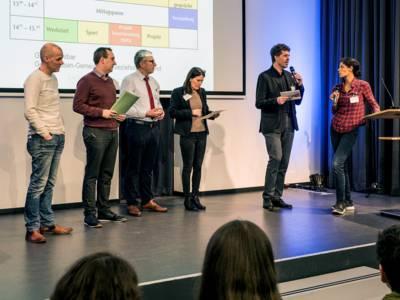 Eine Gruppe Personen auf einer Bühne