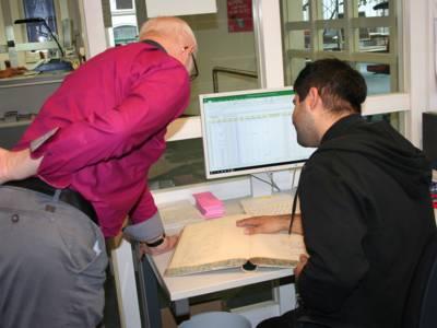 Die Mitarbeiter*innen des Stadtarchivs sind bei der Recherche vor Ort behilflich.
