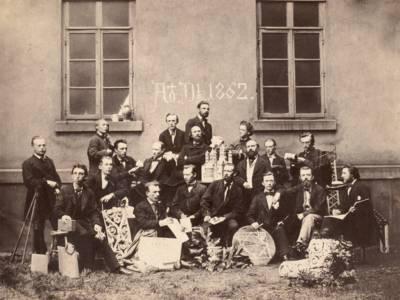 Conrad Wilhelm Hase mit Architekturstudenten im Hof der Polytechnischen Schule in der Georgstraße im Jahr 1862.