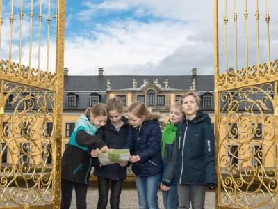 Kinder vor dem Goldenen Tor in den Herrenhäuser Gärten