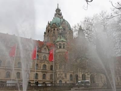 Brunnen vor einem Rathaus.