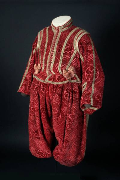Wams und Hose aus rotem Seidensamt