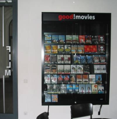 Eine schwarze Vitrine mit DVDs. Oben in rot und weiß der Schriftzug good Movies