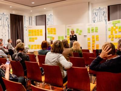 Kreative Ideen werden auf einer Pinnwand gesammelt.