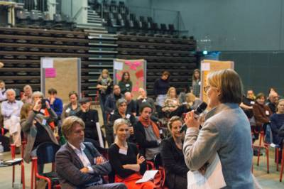 Im Vordergrund: Kulturdezernentin Konstanze Beckedorf,Team Kulturhauptstadt und Kulturszene