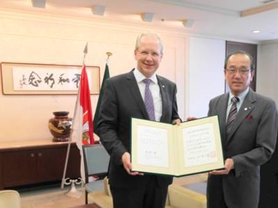 Oberbürgermeister Stefan Schostok und Hiroshimas Bürgermeister Kazumi Matsui