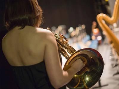 Eine Unterscheidung zwischen virtuellen Klängen und realen Orchester-Einspielungen klassischer Musik ist möglich, wenn man Hörerfahrung hat.