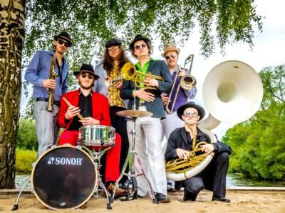 """Brazzo Brazzone spielen weltbekannte Hits in """"original"""" Brassband Version."""