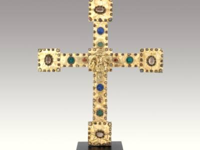 Vortragekreuz aus der Marienkirche zu Osnabrück, 13./14. Jahrhundert, mit vergoldetem Silberblech belegt und mit vielen Edelsteinen, Bergkristallen und Emaille reich verziert.