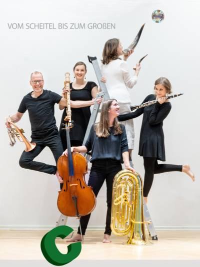 Fünf Personen mit Instrumenten.