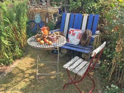 Stuhl und Tisch in einem Garten.