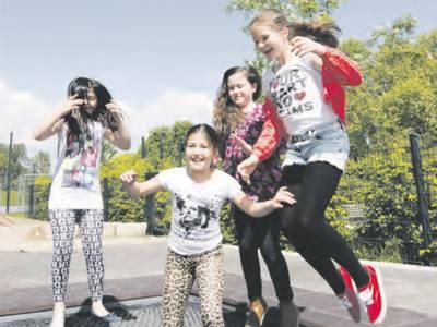 Vier Mädchen, die in die Luft springen.