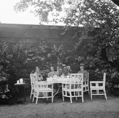 Die Familie Max Rüdenberg im Garten ihrer Villa Schwanenburg, Foto: Will Burgdorf