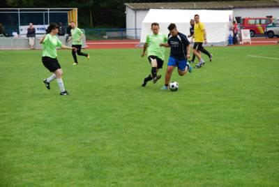 Fußballer/innen auf einem Spielfeld
