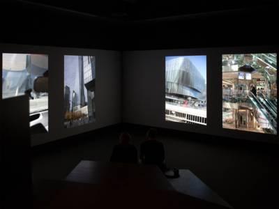 Spektakuläre Video-Installation mit mehr als 450 Bildern, die als Loop auf zwei Wände projiziert werden.