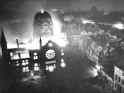 Brennende Synagoge am 10. November 1938, vermutlich in den ersten Tagesstunden