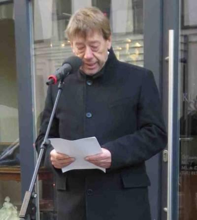 Harald Härke, Kultur- und Personaldezernent der Stadt Hannover, bei der Wiedereinsetzung der Stolpersteine für die Familie Fischer