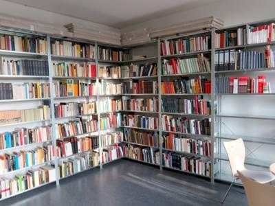 Sammlungen und eigene Publikationen finden ihren Platz in der geräumigen Bibliothek.