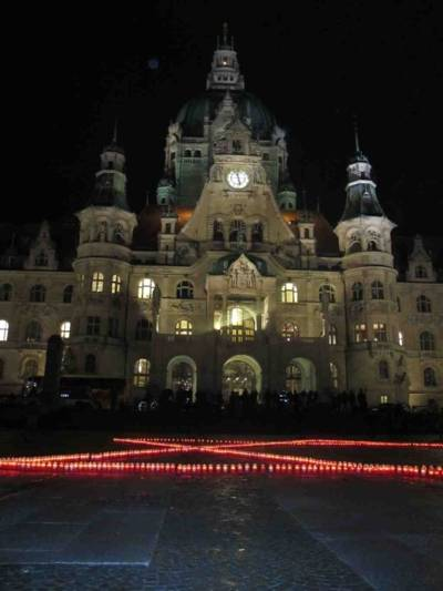 Schülerinnen und Schüler der Humboldtschule illuminieren das Neue Rathaus mit einem Davidstern aus 1001 Kerzen.