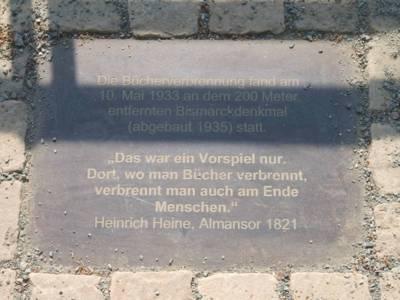 Gedenkplatte an die Bücherverbrennung 1933 in Hannover. Verlegt 2013 an der Geibelbastion am Maschsee.