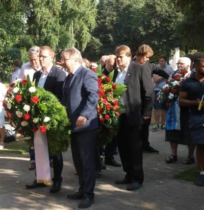 Bürgermeister Thomas Hermann und Dirk Schulze, IG Metall, bei der gemeinsamen Kranzniederlegung zum Antikriegstag