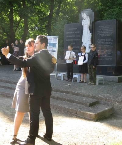Aufführung von Jugendlichen der Gemeindeschule Mariä Verkündigung am Ehrenfriedhof Maschsee-Nordufer