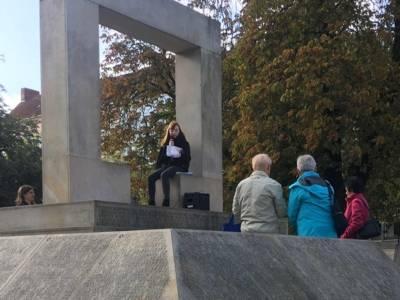 Schülerinnen der Wilhelm-Raabe-Schule erzählen am Holocaust-Mahnmal aus dem Leben der Ermordeten, Oktober 2019