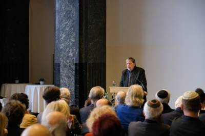 Der Historiker Dr. Peter Schulze berichtet über die Recherche und die Zusammenstellung der Namen der Ermordeten auf dem Holocaust-Mahnmal am Opernplatz.