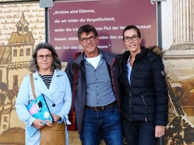 Joop van Keulen mit seinen beiden Töchtern Cindy und Jose vor dem Stadtarchiv Hannover, September 2019