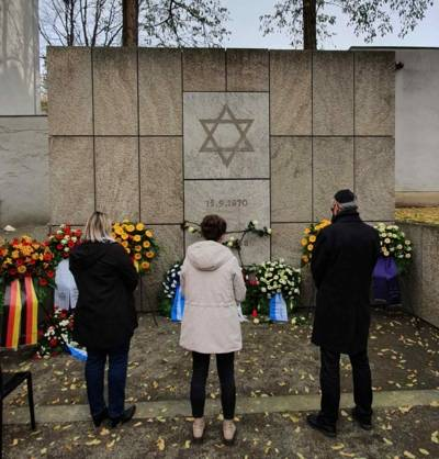 Nach Abschluss der Gedenkveranstaltung gedachte am Nachmittag eine Delegation der Heisterbergschule der Verbrechen in der Pogromnacht