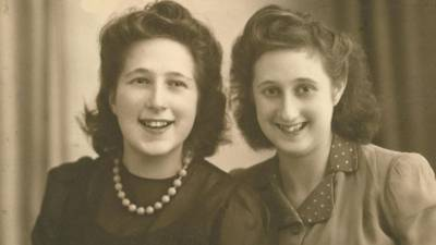 Hanna (rechts) mit ihrer Schwester Ruth nach der Befreiung, 1946 (https://anderetijden.ntr.nl/thumbs/i/3000/mod_media_image/3517.w1200.r16-9.bfe1e2c.jpg)