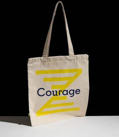 """Die neue Wort-Bild-Marke [Z] verbindet den Namen des ZeitZentrums mit Aspekten wie Zeit, Perspektive und Begegnung. Eigens für den Lernort wurde die Schrift """"Courage"""" kreiert."""