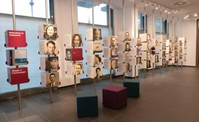 """Die Portraitwand bildet das """"Herzstück"""" der Ausstellung im ZeitZentrum Zivilcourage"""
