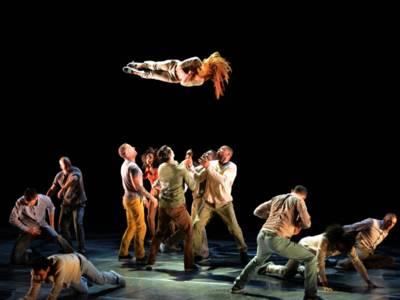 Tänzerinnen und Tänzer auf einer Bühne.