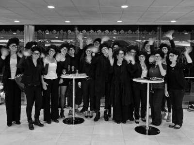 Teamfoto der KunstFestSpiele Herrenhausen in für Elisabeth Schweeger typischen Outfits