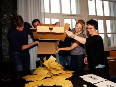 Wahlhelfer kippen den Inhalt einer Wahlurne aus