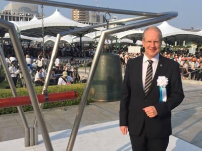 Stefan Schostok neben der Friedensglocke in Hiroshima